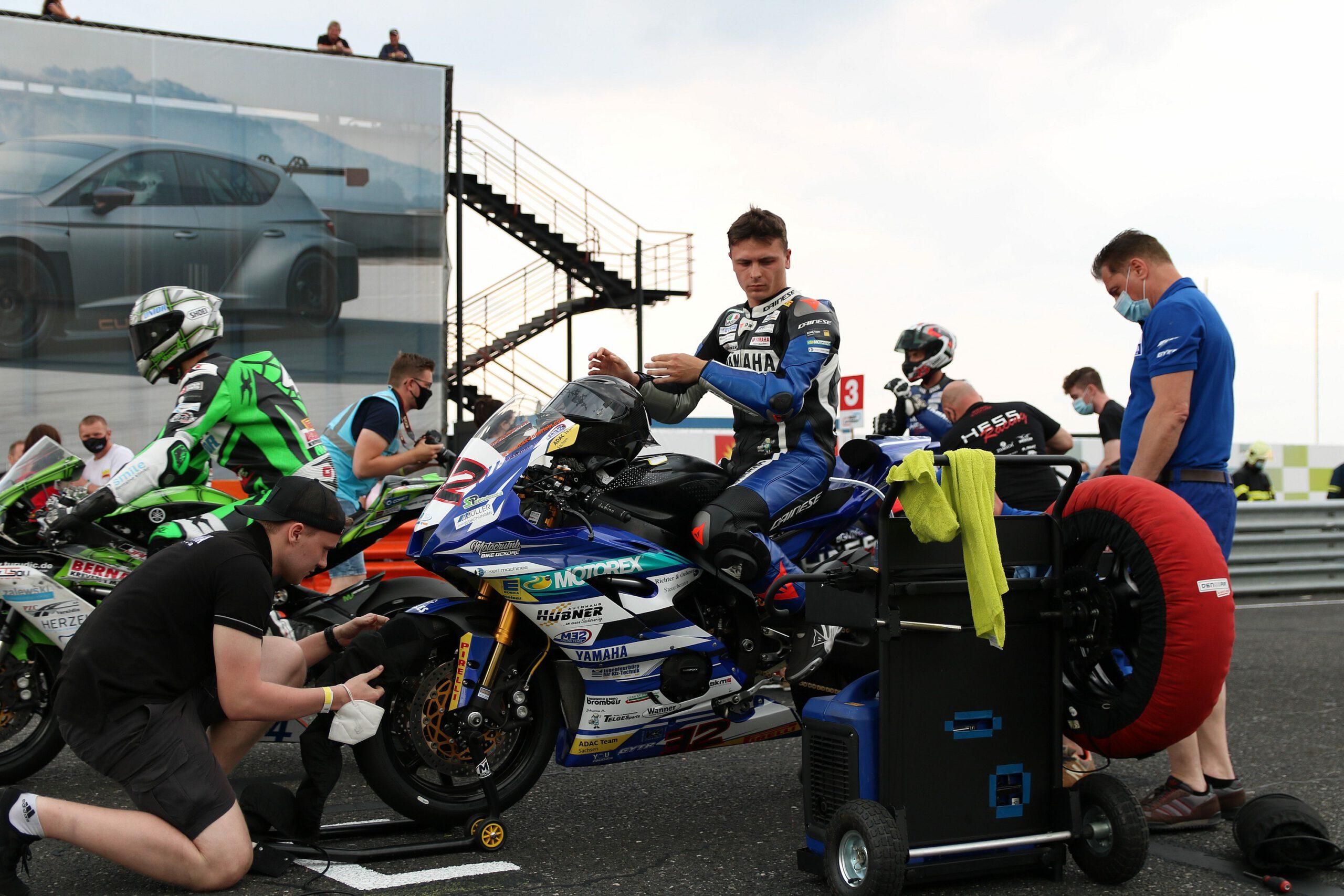 Das M32 Racing Team bei den Startvorbereitungen zum ersten IDM-Rennen 2021 im tschechischen Most.